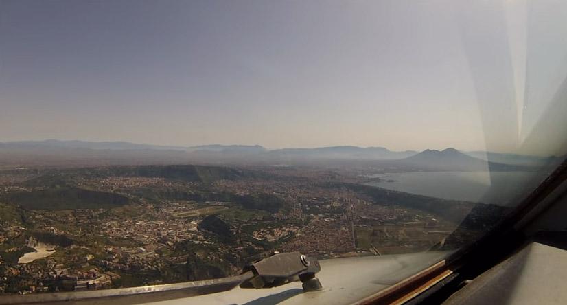 Il panorama di napoli da una cabina di pilotaggio video for Affitti cabina della domenica