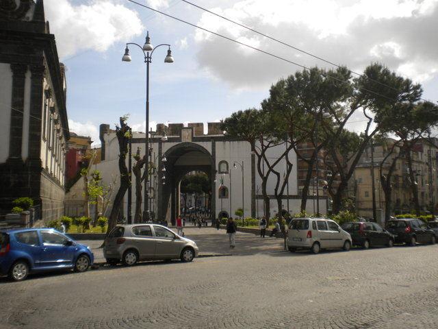 Piazza Enrico De Nicola, lavori in corso: ripristino dei sanpietrini