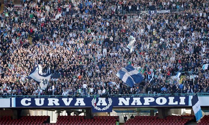 Calcio Napoli, prezzi pazzi in curva: biglietti a 40 euro