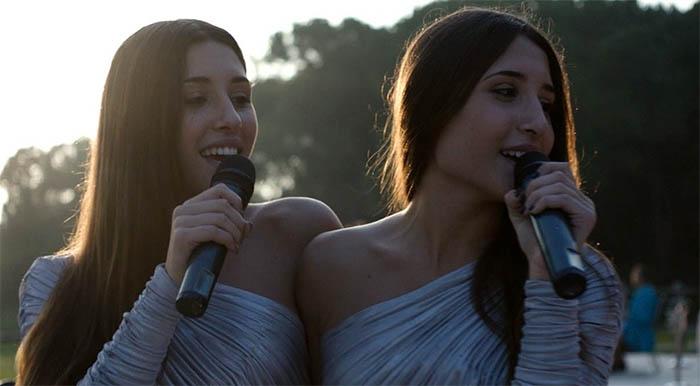 Indivisibili, film di due gemelle siamesi neomelodiche