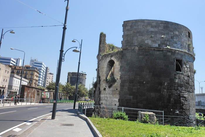 Napoli, scoperta macabra: cadavere nelle torri aragonesi