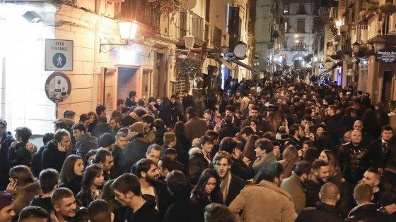 Napoli Chiaia, movida violenta: baby gang accoltella un 13enne