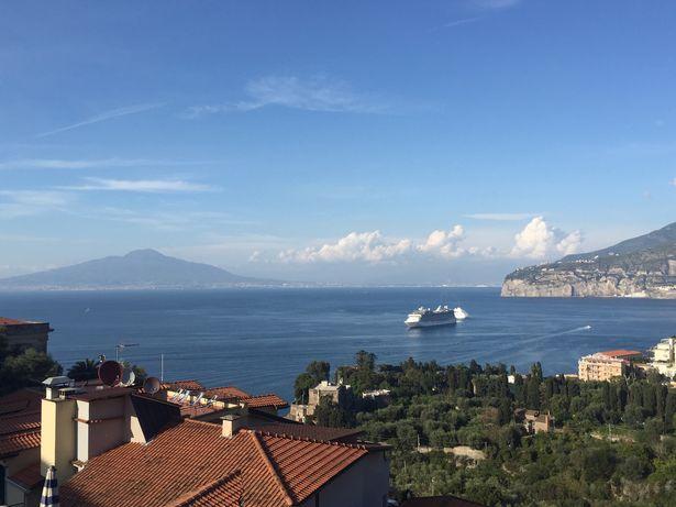 Nicola Oakley parla bene di Napoli