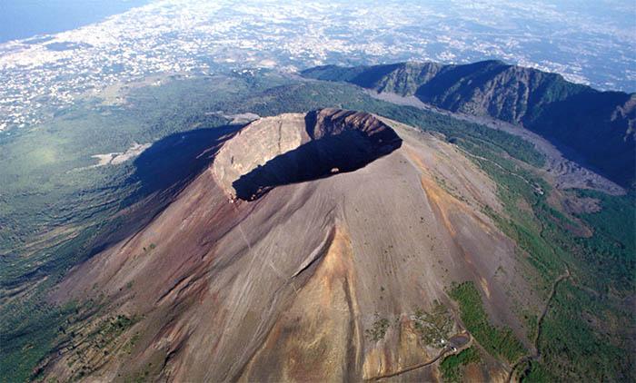 """Terremoto, a rischio Vesuvio e Campi Flegrei: """"Non ci sono segnali d'allarme"""