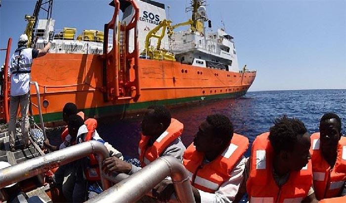 Solidarietà dei partenopei per i migranti sbarcati a Napoli