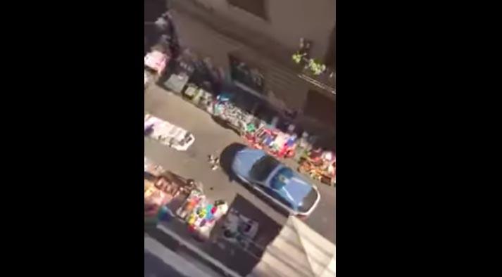 Napoli, volante della Polizia calpesta merce dei venditori abusivi
