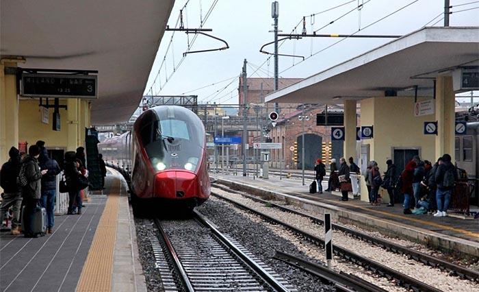 Napoli, Piazza Garibaldi: si lancia contro un treno in corsa, è grave