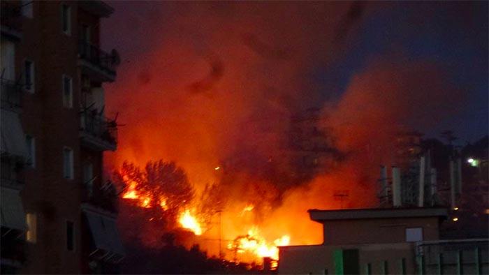 Vasto incendio a Fuorigrotta: paura tra gli abitanti