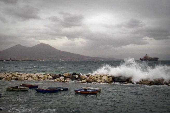 """Meteo Napoli,""""Summer Storm"""" è arrivata: pioggia e freddo"""