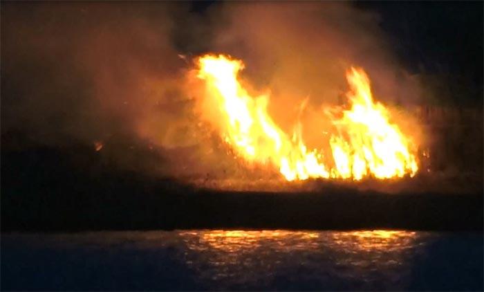 Incendio a Bacoli: le fiamme avvolgano l'intera zona verde