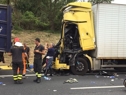 Incidente stradale sulla Napoli - Roma: camionista in fin di vita