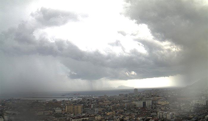 Meteo Napoli: temperature caleranno di 10 gradi centigradi