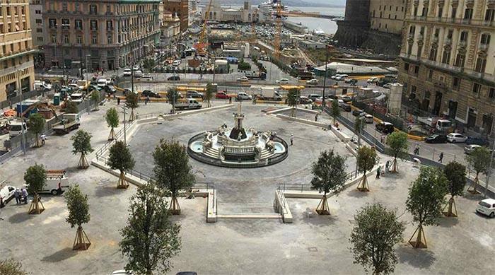 Piazza Municipio, arriva un posto all'ombra con tavolini e ombrelloni
