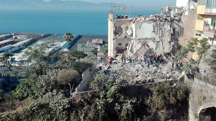 Torre Annunziata, crolla una palazzina: per ora 7 dispersi
