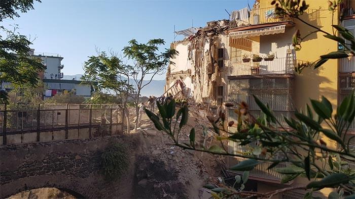Terrore a Torre Annunziata, crolla palazzina: probabili vittime