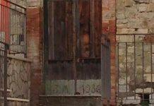 Benevento, per i fedeli è miracolo: volto di Padre Pio su un portone