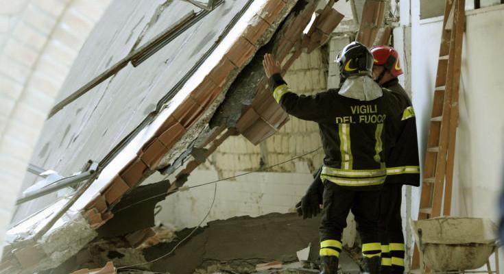 Caserta, crolla solaio di una casa: due persone ferite