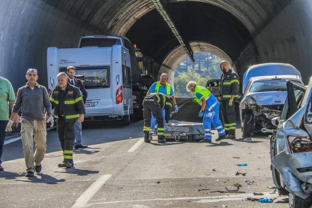 Scendono dall'auto dopo l'incidente, travolti in autostrada: due morti e 3 feriti