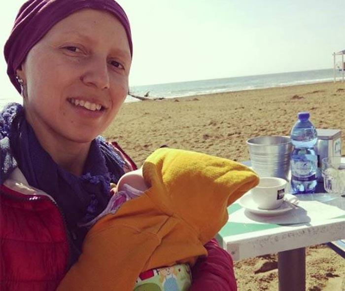 Diventa mamma e scopre un cancro al seno: il bellissimo gesto di Elisa per la piccola Anna