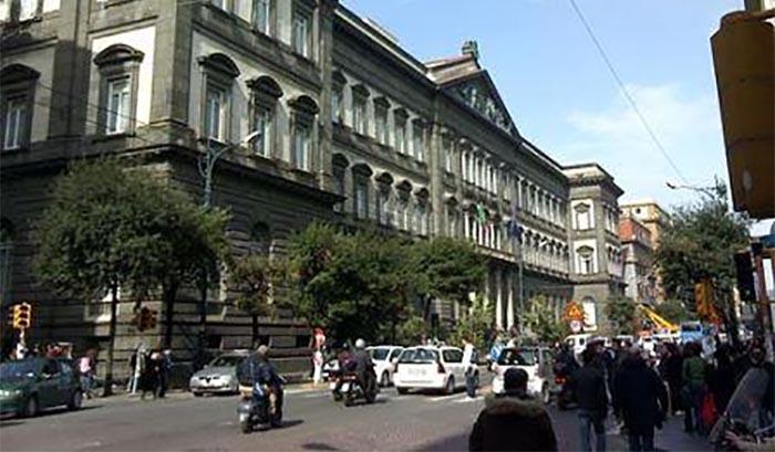Corso Umberto I, spaventi i passanti con pistola e ago nel braccio