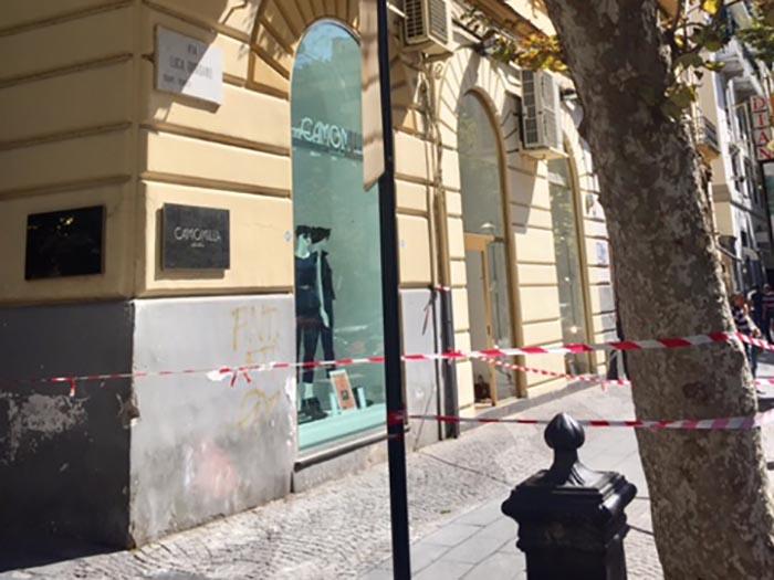 Napoli, strade transennate: pericolo per caduta calcinacci