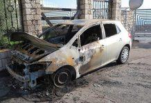 Melito, auto incendiata: un uomo all'interno dell'abitacolo