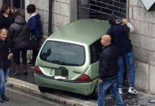 Incidente a Napoli: non si ferma all'Alt e si schianta in una saracinesca