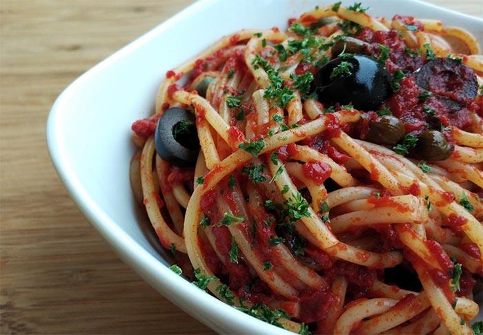 Ricetta degli spaghetti alla puttanesca napoletani: le origini