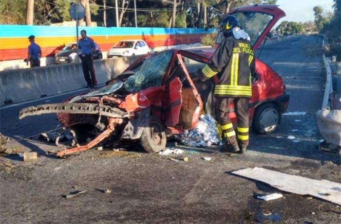 Grave incidente stradale: rimane incastrato tra le lamiere