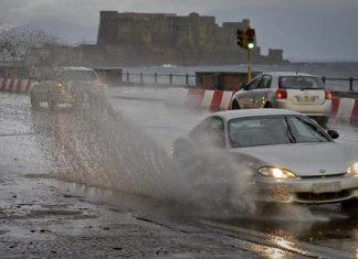Allerta meteo Napoli, bomba d'acqua: pioggia per 24h