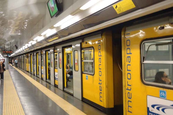 Napoli, tenta il suicidio in metro: sospesa la circolazione