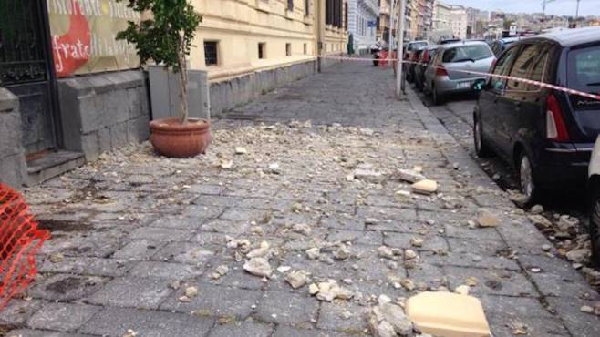 Napoli, cadono pesanti calcinacci: strada percorsa da bambini