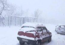 Tempesta di neve sul Vesuvio blocca auto e turisti
