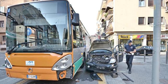 Incidente a Ponticelli: scontro tra un bus e una vettura