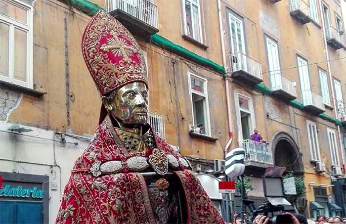 Processione San Gennaro: sangue già sciolto all'uscita dal Duomo