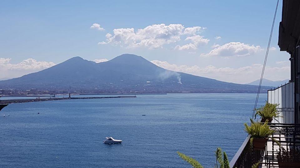 Incendio sul Vesuvio: una colonna di fumo si innalza dal vulcano