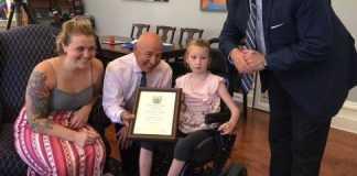 Bimba di 9 anni, nonostante la paralisi cerebrale salva il fratellino di 18 mesi