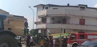 Caserta: donna sul balcone travolta dal trattore