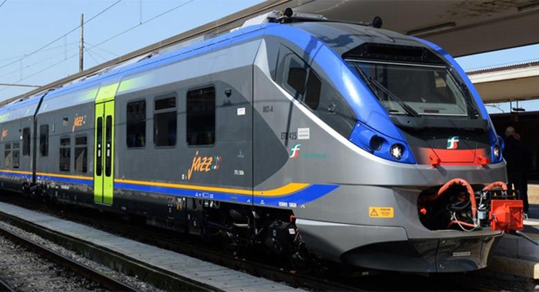 Napoli, metro linea 2: stop dei treni, due persone tentano il suicidio
