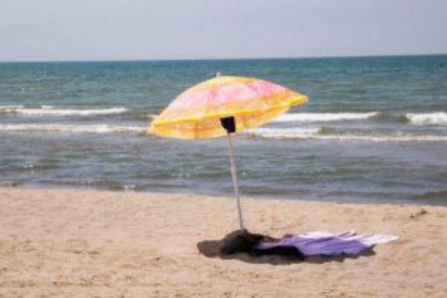 Mondragone, malore in spiaggia: morto ex carabiniere