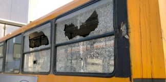 Autobus a Napoli preso a sassate: paura tra i passeggeri