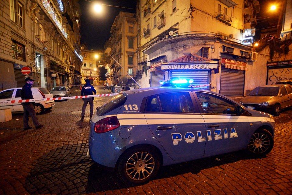 Stesa a Napoli, ferita una donna affacciata al balcone