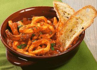 Ricetta dei calamari in cassuola con sugo alla napoletana