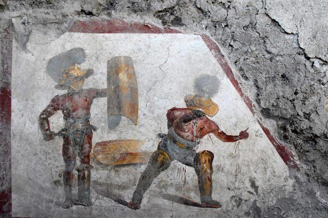 Pompei, riemergono antichi affreschi di gladiatori in combattimento