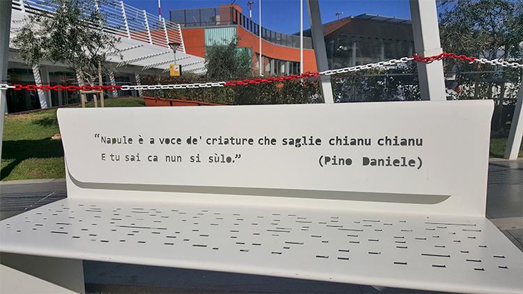 Aeroporto panchine Napoli con le frasi di PIno Daniele