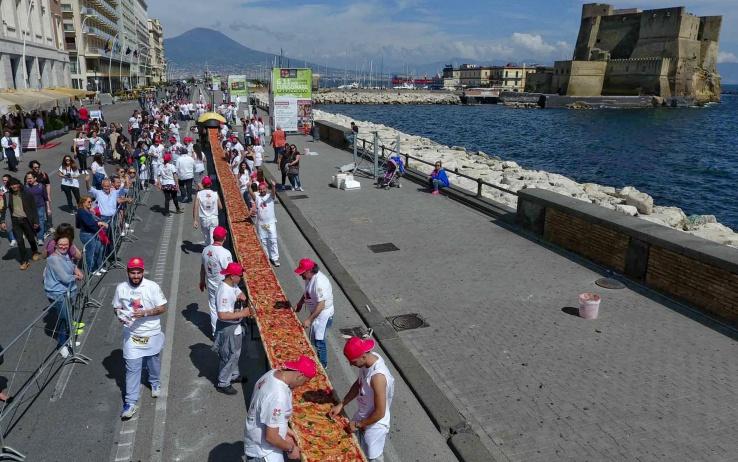Napoli, Guinness dei Primati: 2km è la pizza più lunga del mondo