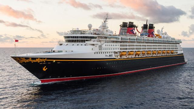 La Disney Magic attracca a Salerno: il parco giochi più grande sul mare