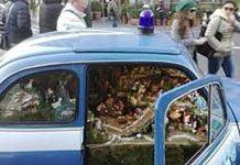 Piazza Plebiscito, il presepe nella Fiat 500 della Polizia che incanta i turisti