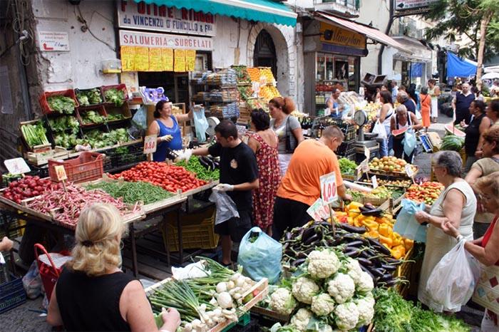La Pignasecca: il borgo più folcloristico di Napoli tra botteghe e bancarelle