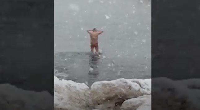 Neve a Napoli 2018 un uomo fa il bagno nelle acque del lungomare